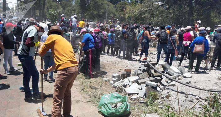 Cientos de voluntarios acudieron en la mañana del 14 de octubre para colaborar con la limpieza de la ciudad. En el Parque El Ejido, frente a la Casa de la Cultura, decenas de voluntarios, con escobas y mascarillas para protegerse del polvo.