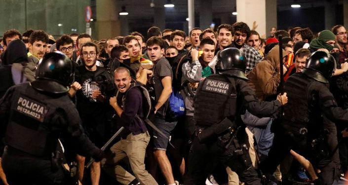 Choques entre la Policía y los manifestantes independentistas en el Aeropuerto de Barcelona-El Prat, el 14 de octubre de 2019
