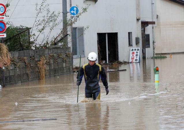 Un rescatista japonés tras el tifón Hagibis