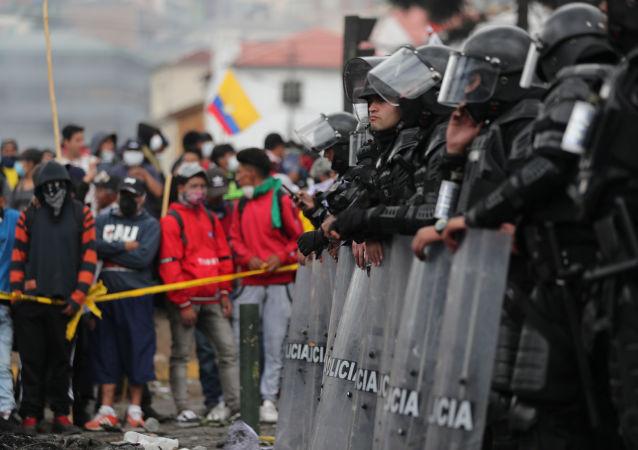 Policía ecuatoriana durante las protestas en Quito