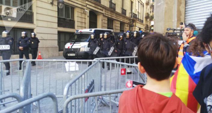 Los manifestantes y la Policía en Barcelona