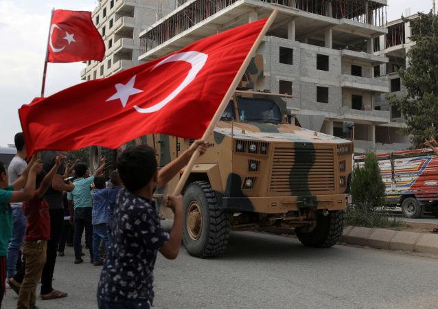 Blindados turcos y las banderas de Turquía