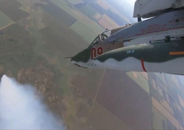 Así los Su-25SM3 eliminan los sistemas de defensa aérea en un vuelo vertiginoso