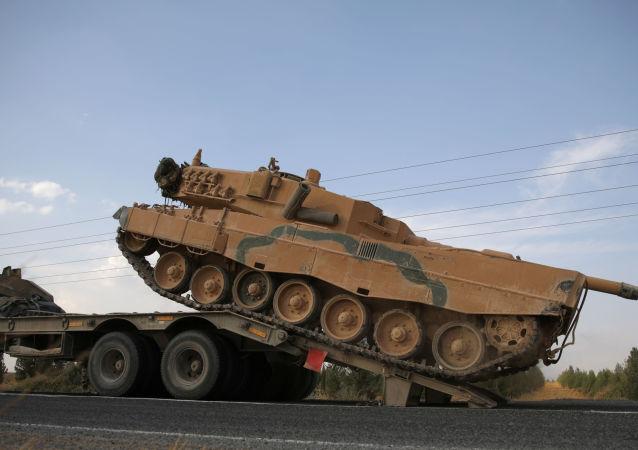 Vehículos militares turcos en la frontera turco-siria