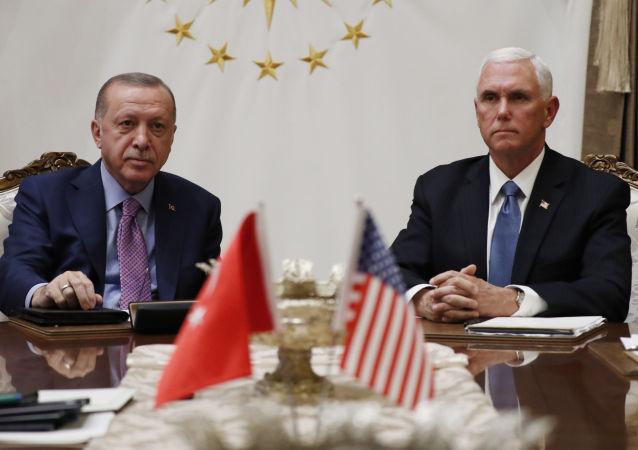 Recep Tayyip Erdogan, presidente de Turquía, y Mike Pence, vicepresidente de EEUU (archivo)