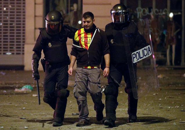 Un detenido por la policía durante los disturbios en Barcelona