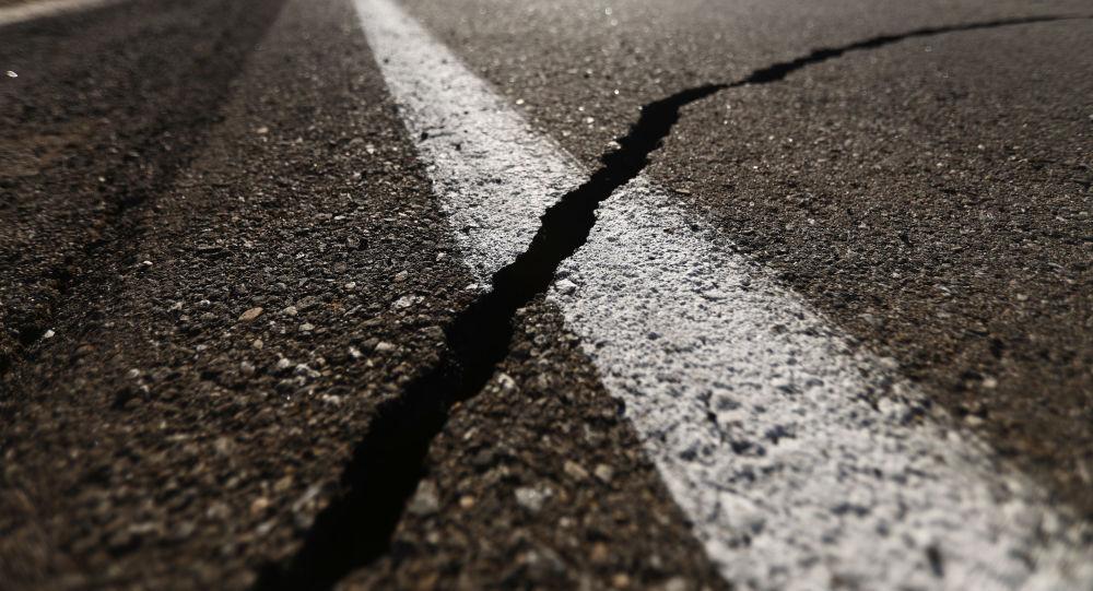 Una grieta que dejó el terremoto del 4 de julio en California, EEUU