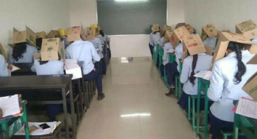India: Una profesora les pidió a sus alumnos que usen cajas en la cabeza para evitar que se copiaran en un examen