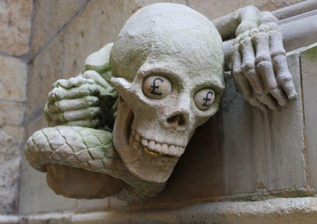 Una estatua de esqueleto con el símbolo de libra esterlina en los ojos (imagen referencial)