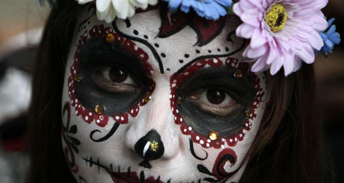 Una modelo maquillada de una Catrina mexicana (imagen referencial)