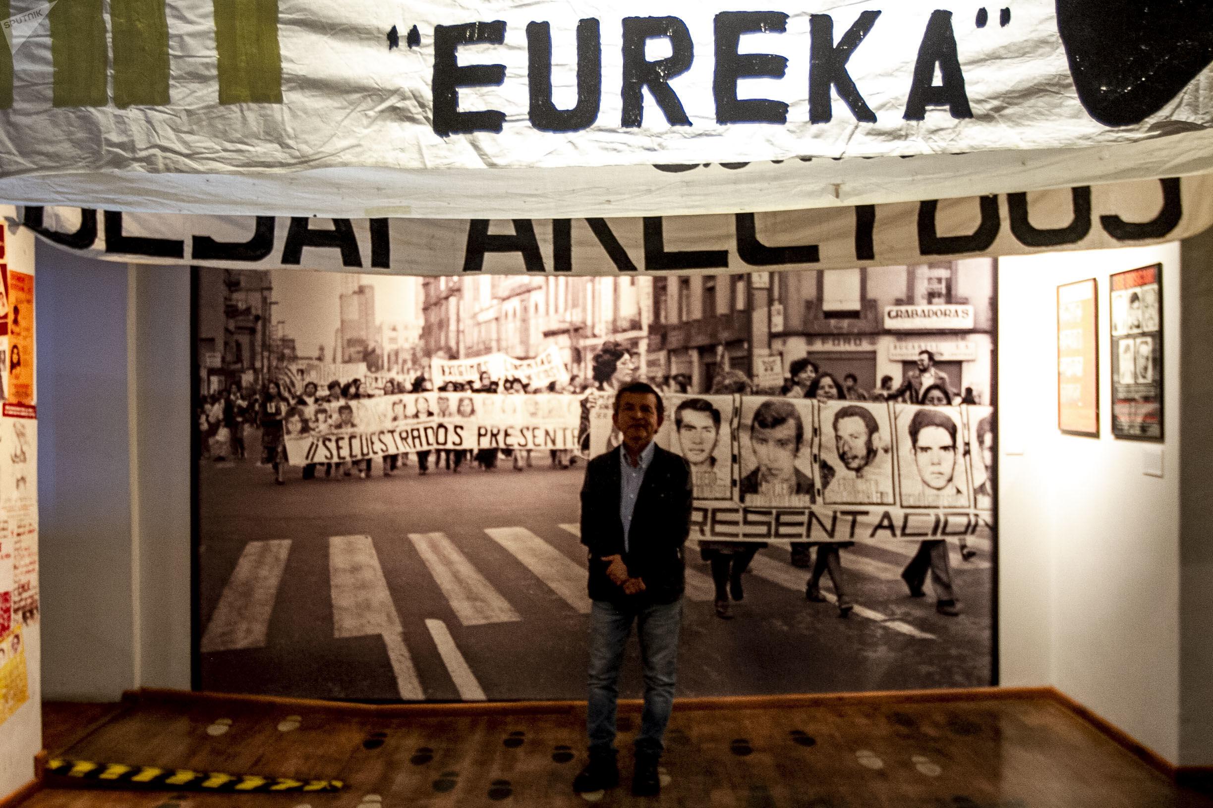 Jorge Gálvez Girón, director del Museo Casa de la Memoria Indómita muestra el archivo del Comité Eureka