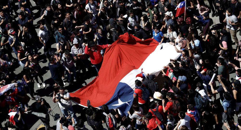 Chocó a manifestantes, mató 2 y suman 17 los muertos en Chile