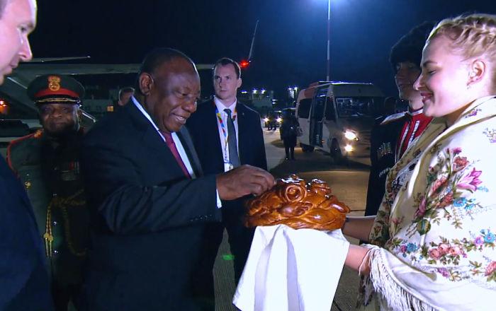 Sochi da la bienvenida a los líderes africanos con pan y sal