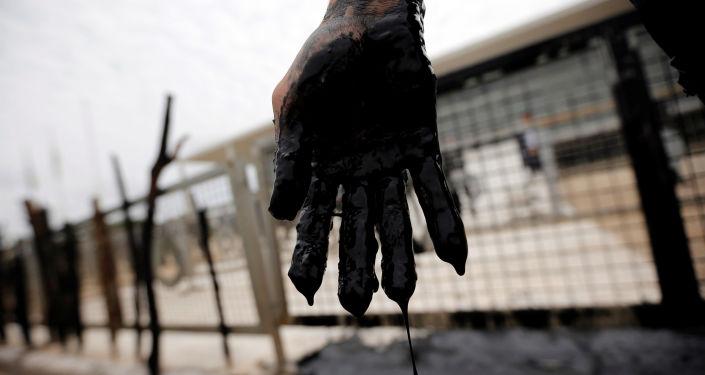 Una mano con petróleo