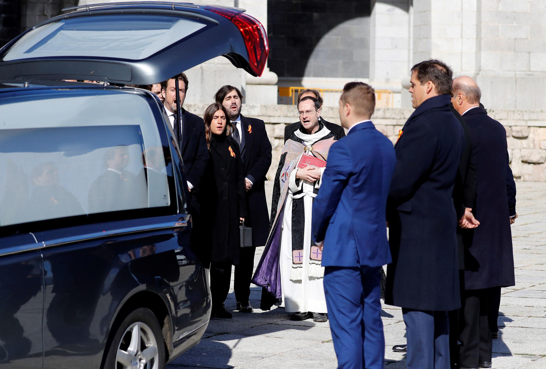 Familiares de Francisco Franco y el prior de la basílica cerca del coche fúnebre