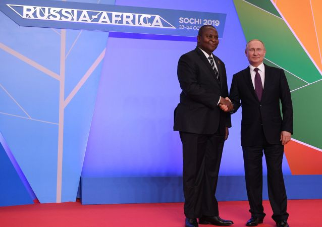 El presidente de la República Centroafricana, Faustin-Archange Touadéra junto al presidente de Rusia, Vladímir Putin