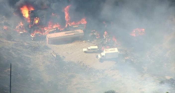 Fuertes incendios forestales afectan a miles de personas en California