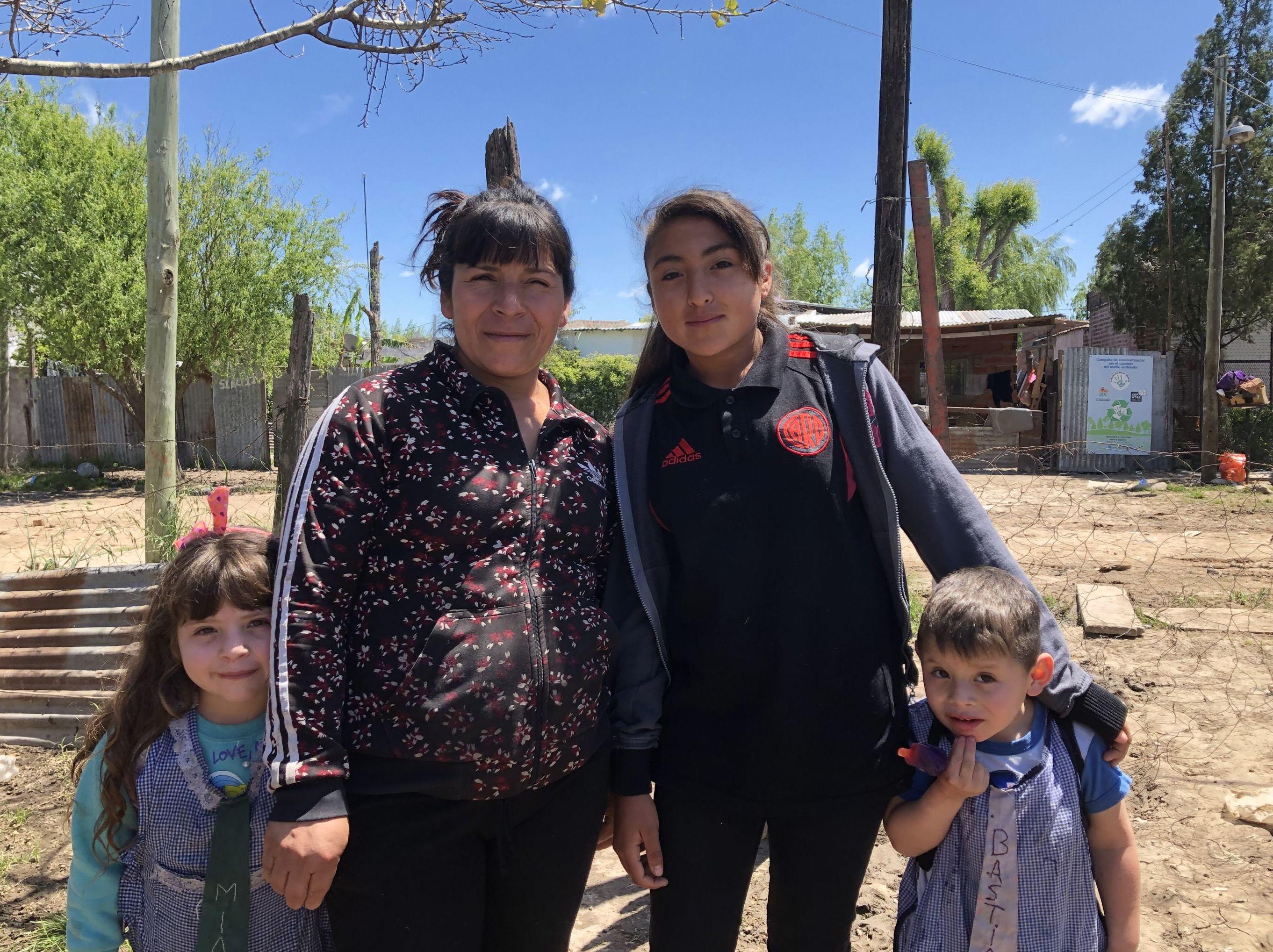 María Emilia Guantay y tres de sus hijos
