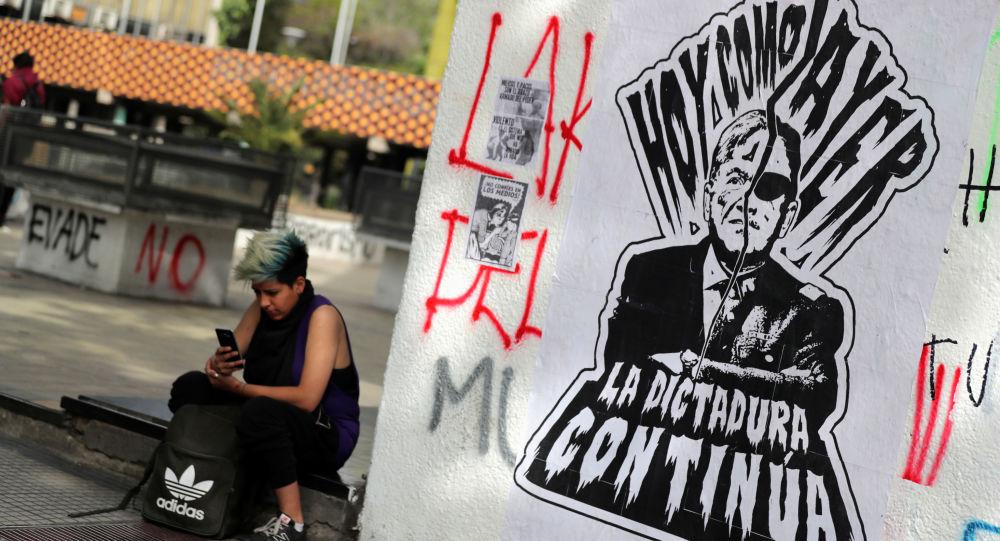 El grafiti en Santiago con el retrato del presidente Sebastián Piñera y el dictador Augusto Pinochet
