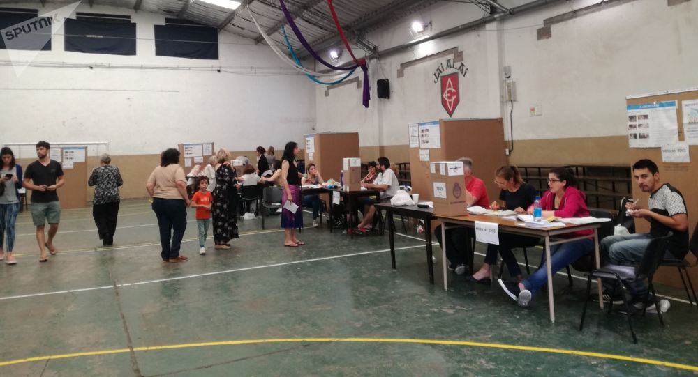 Electores argentinos esperan para votar en una escuela electoral de la ciudad de Buenos Aires