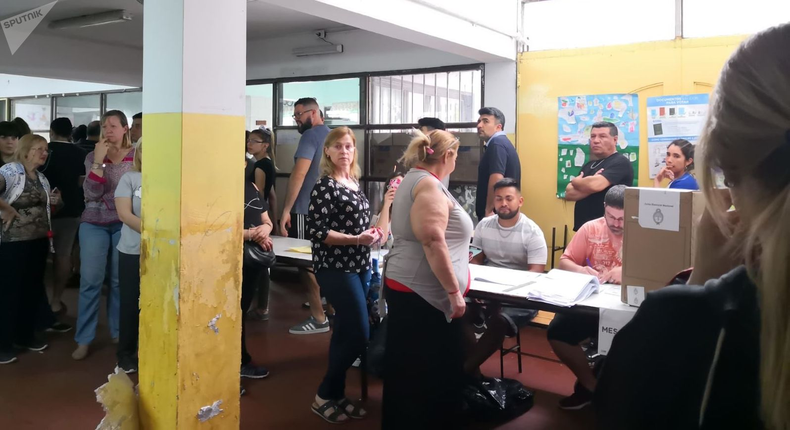 Votantes acuden a votar en la Escuela 30 Holanda, en Chingolo, Lanús, provincia de Buenos Aires