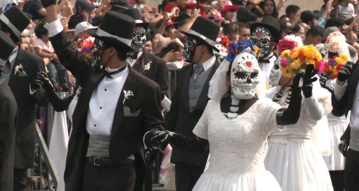 Esqueletos y demonios invaden las calles de la Ciudad de México
