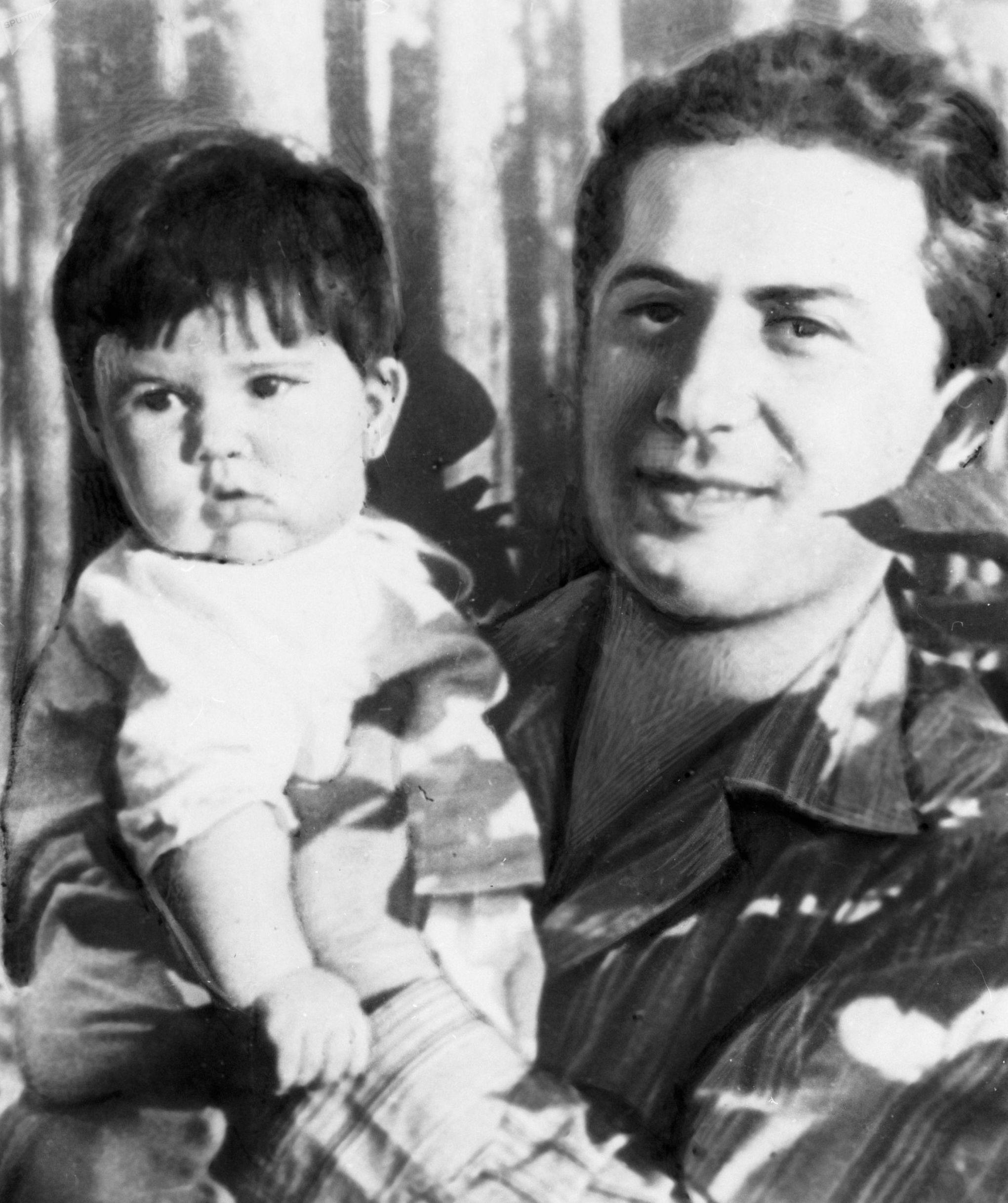 Yákov Dzhugashvili con su hija