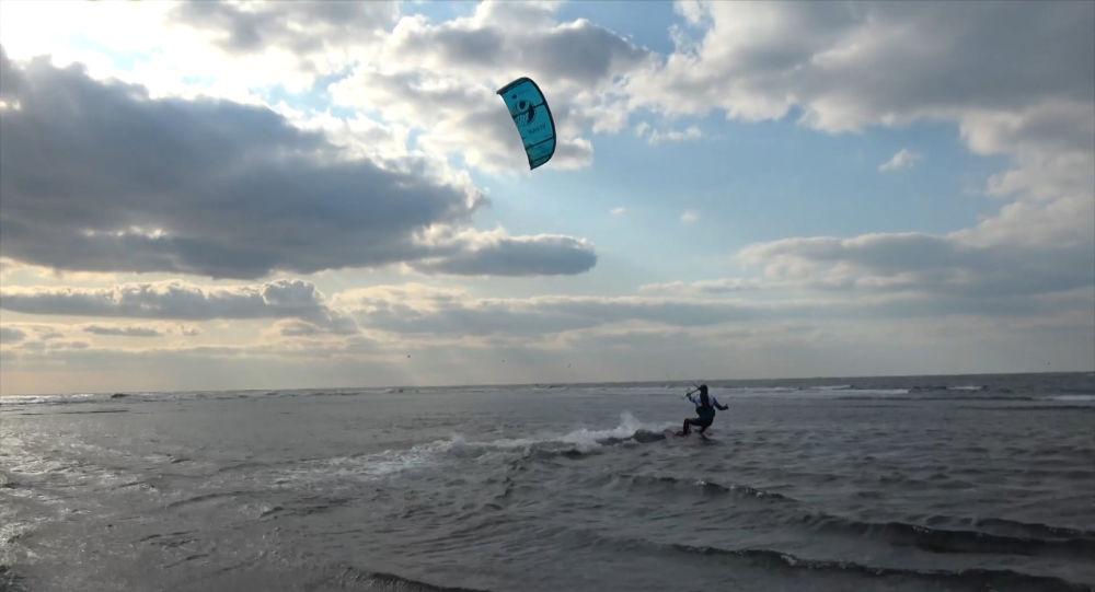 Un kitesurfista ruso cruza el estrecho entre su país y Japón