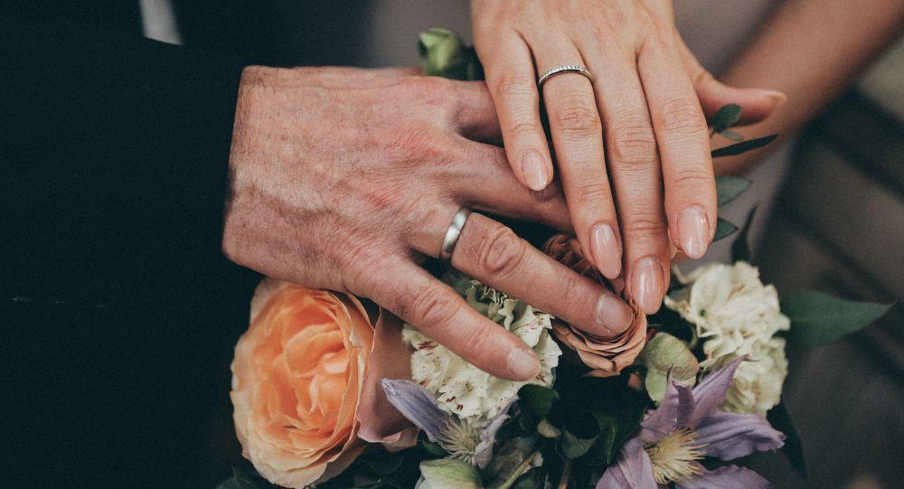 Las manos de una pareja el dia de su matrimonio (archivo)