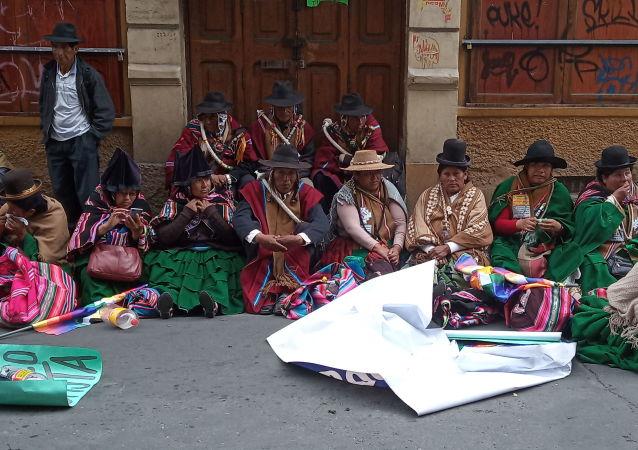 Movimientos sociales en la sede de Gobierno en La Paz para defender la victoria de Evo Morales