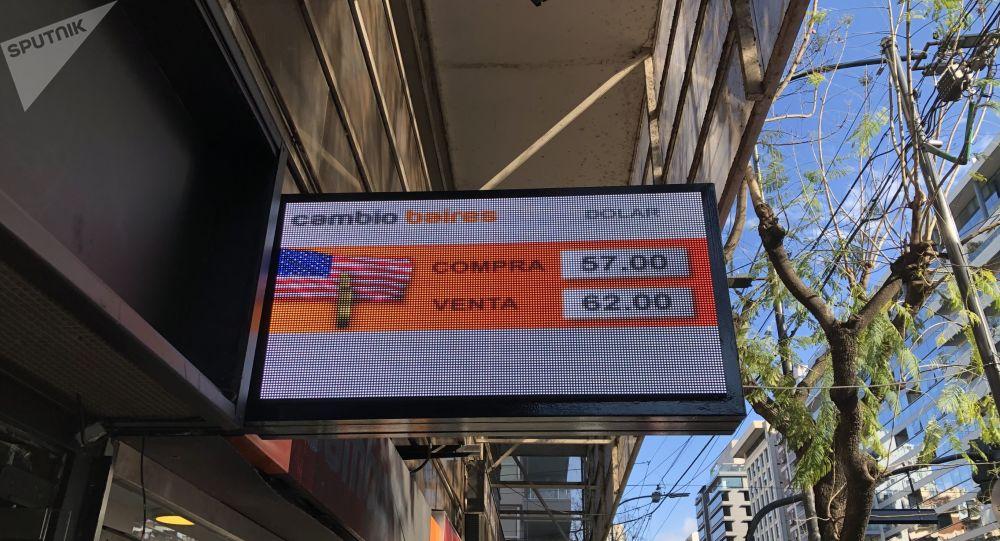 Pizarra de cotización del dólar de un cambio de Buenos Aires en octubre de 2019