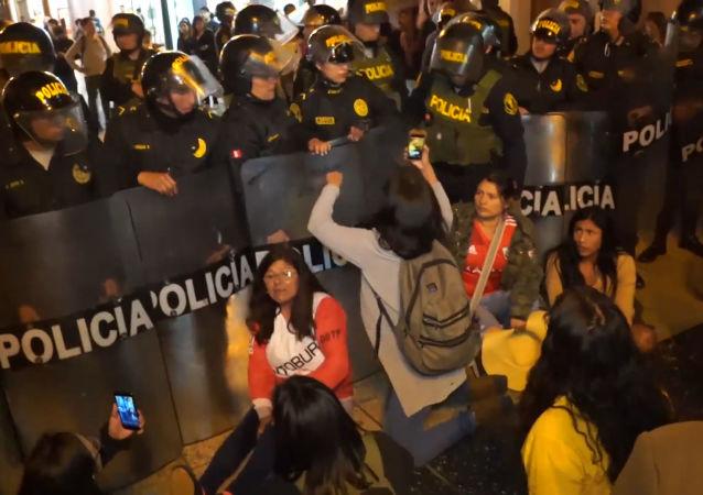 Los manifestantes peruanos se enfrentan a la Policía en Lima