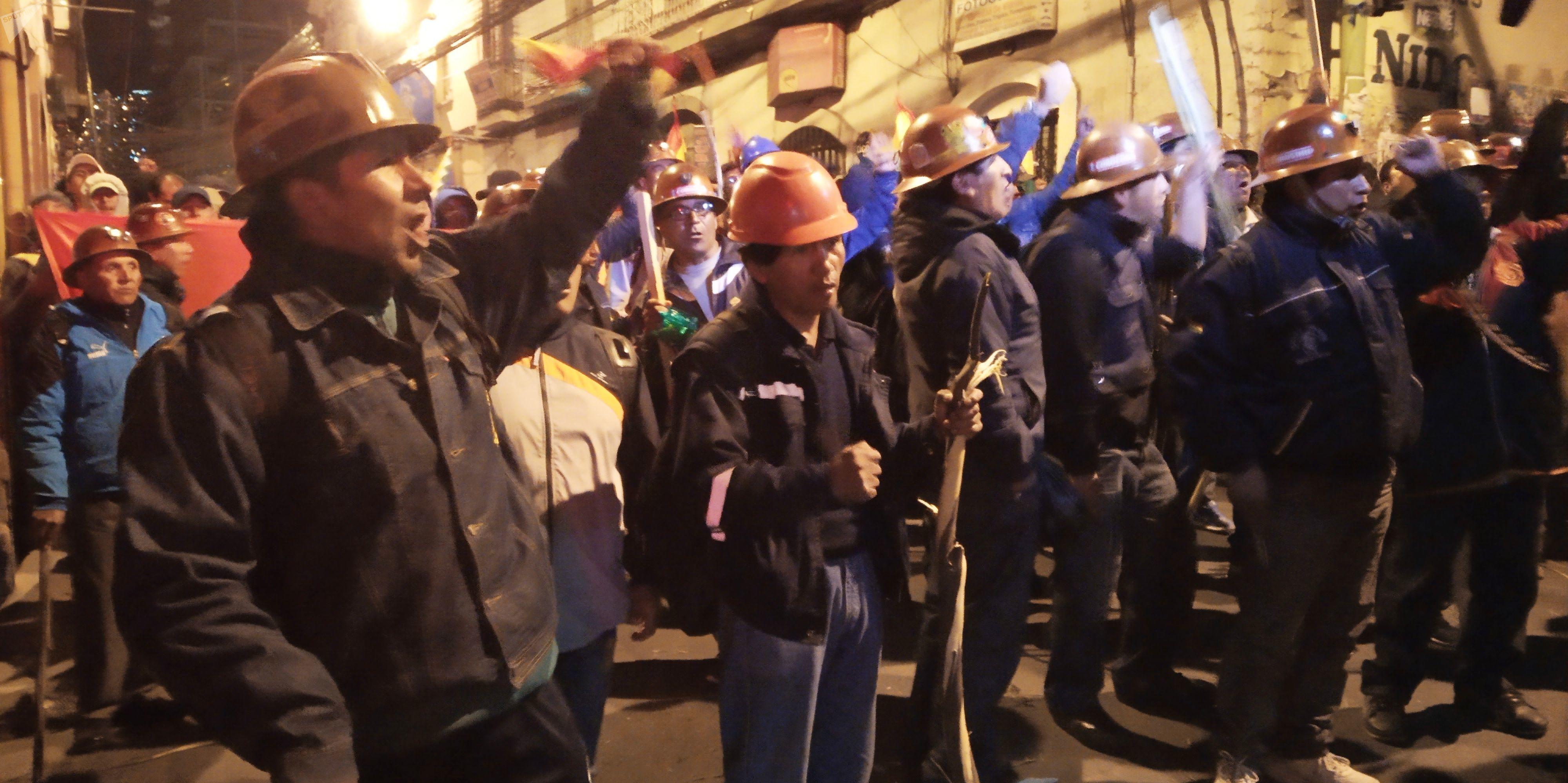 Mineros bolivianos movilizándose en apoyo a Evo Morales