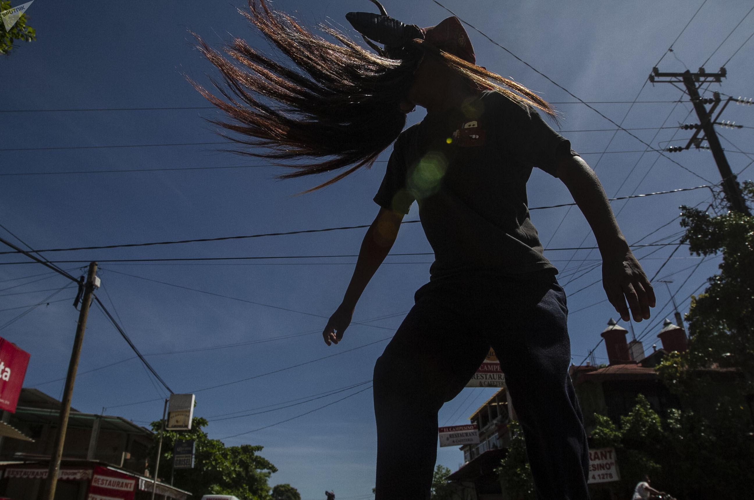 Cuajinicuilapa, Guerrero. Un joven diablo danza en las calles del pueblo, costumbre afromexicana de la región de Costa Chica de Guerrero