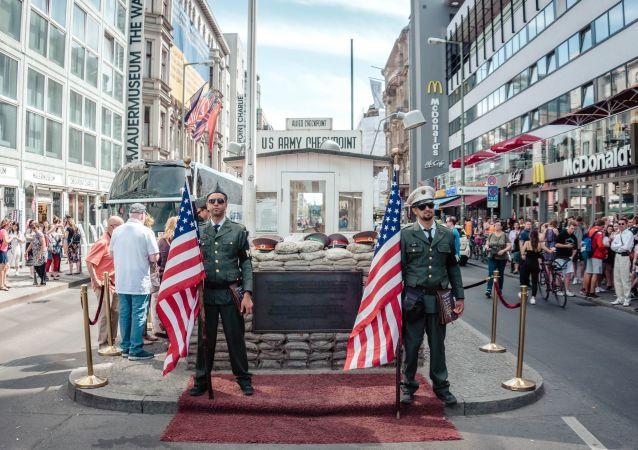 Dos militares sostienen banderas de EEUU (imagen referencial)