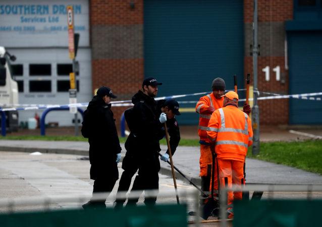 Policía británica en el lugar donde estaba el camión con migrantes muertos