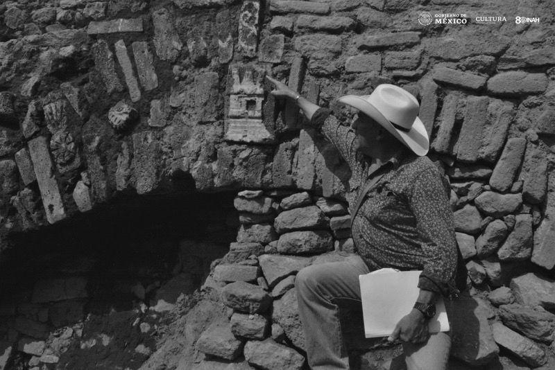 Glifo ubicado en la piedra clave del arco del túnel