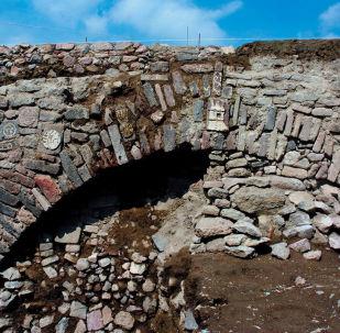 Puente descubierto en Ecatepec con glifos prehispánicos