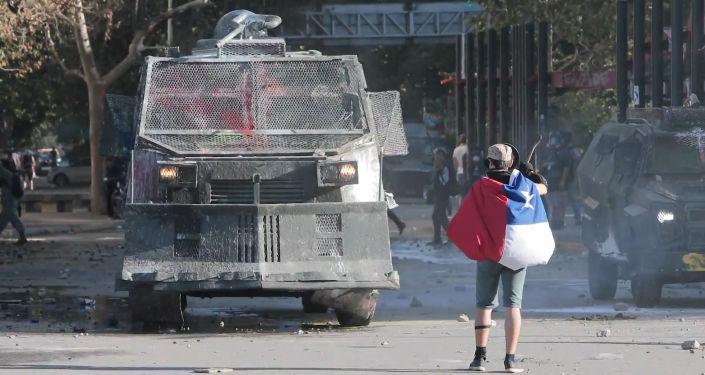 La Policía usa cañones de agua para dispersar a los manifestantes chilenos
