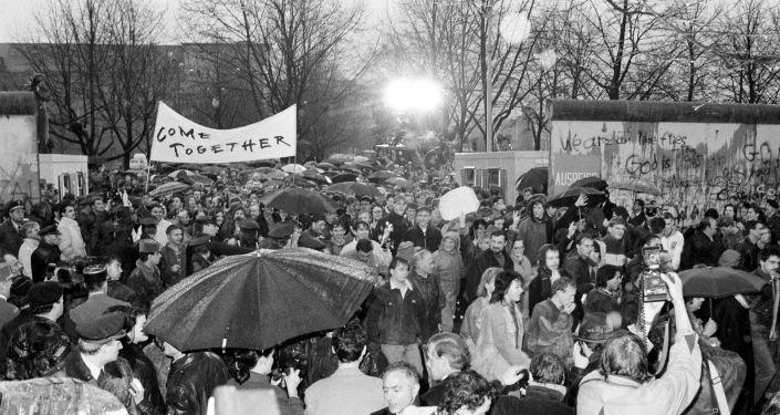 Ciudadanos de Alemania Oriental cruzando el Muro de Berlín