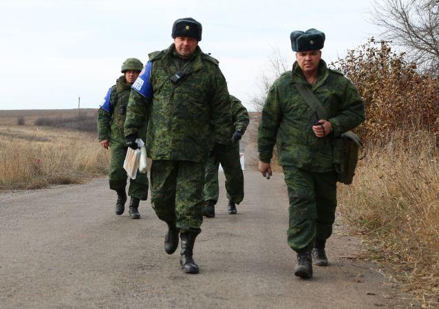 Miembros del Centro para el control y la coordinación del alto el fuego en Donbás