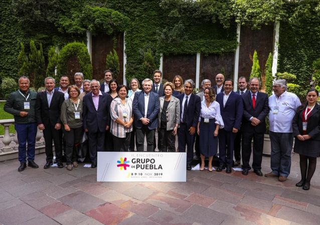 El presidente electo de Argentina, Alberto Fernández, junto a líderes políticos del Grupo de Puebla
