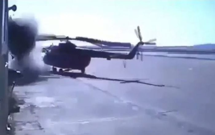 Un helicóptero queda destrozado al chocar contra un edificio