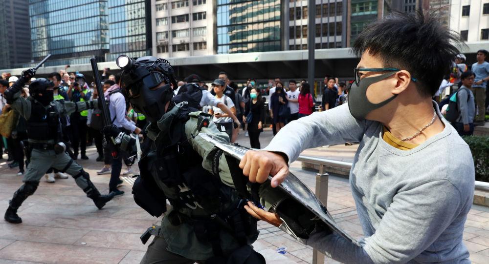 China indignada por ataque en Reino Unido a funcionaria de Hong Kong