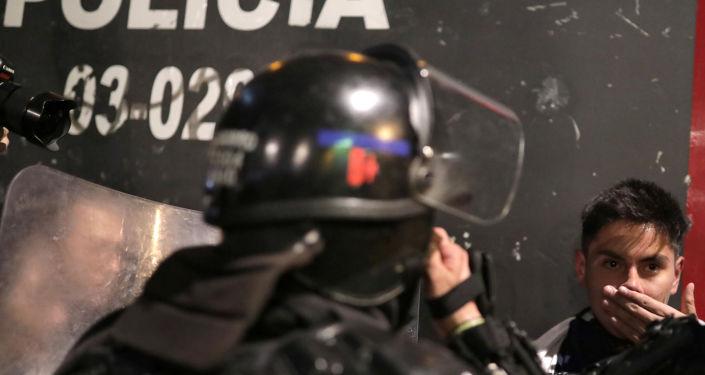 La Policía de Colombia arresta a un manifestante
