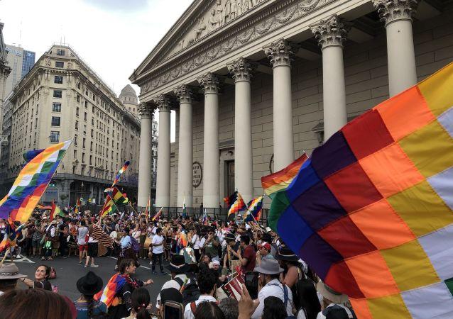 Cantos y bailes tradicionales frente a la Catedral Metropolitana de Buenos Aires
