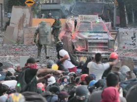 Punteros láser contra cañones de agua: el nuevo rumbo de las protestas en Chile