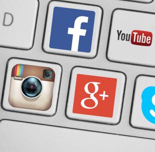 Un teclado con iconos de redes sociales