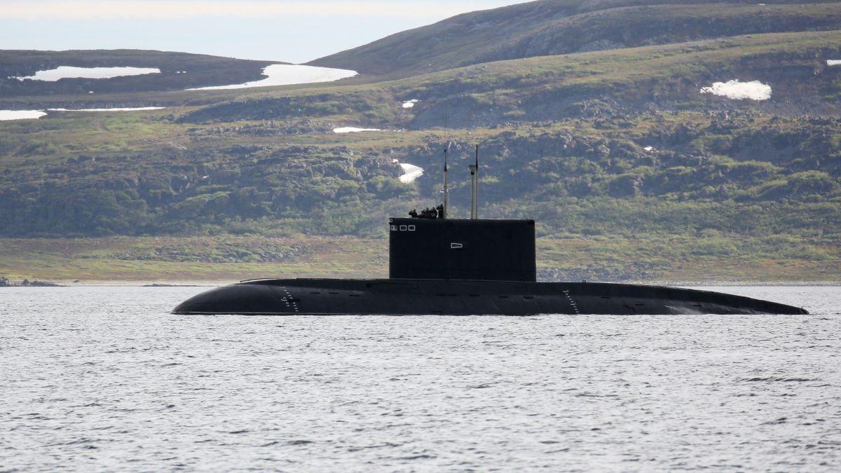 Unos camiones transportan un enorme submarino por tierra | Vídeo