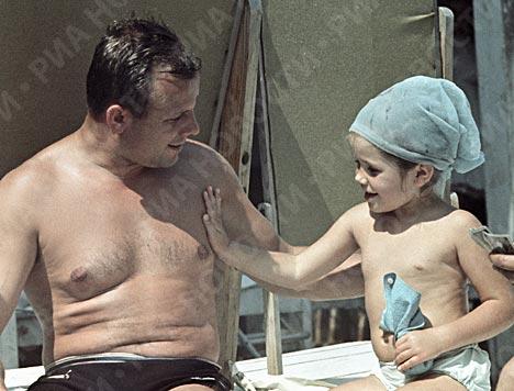Юрий Гагарин с дочкой Галей